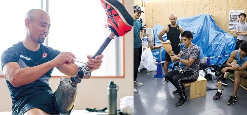 "<span class=""fontBold"">義足を装着する山本篤氏(左)は、スポーツ用義足の着け心地を専門家と話し合い、機能を高め続ける(右)</span>(写真=右:Bloomberg/Getty Images)"