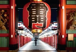 "<span class=""fontBold"">外国人に人気の観光地が受けた経済的打撃は大きい(5月21日、東京・浅草)</span>(写真=ロイター/アフロ)"