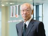 鈴木IIJ会長「振り返れば、思い半ばどころか後悔8割」