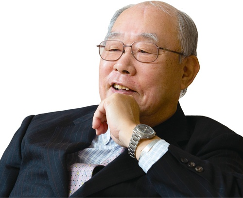 "<span class=""fontBold"">小濵 裕正[こはま・ひろまさ]<br>1941年、大阪府生まれ。65年神戸商科大学(現兵庫県立大学)卒、主婦の店ダイエー入社。83年北海道ダイエー専務。87年マルエツ副社長。97年ダイエー専務。2000年ダイエー退社、カスミ顧問、副社長を経て02年カスミ社長、10年会長。15年ユナイテッド・スーパーマーケット・ホールディングス会長。18年日本チェーンストア協会会長。</span>(写真=的野 弘路)"