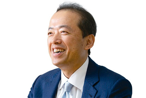 """<span class=""""fontBold"""">松田憲幸[まつだ・のりゆき]</span><br />1965年兵庫県生まれ。89年に大阪府立大学工学部数理工学科を卒業し日本IBM入社。93年に独立し、96年にソース(現ソースネクスト)を創業。パソコンソフトを1980円で販売する戦略などで販売本数国内首位に立つ。2012年から米シリコンバレーに移住。米企業との交渉の第一線に立ちつつ経営のかじ取りを担う。(写真=的野 弘路)"""