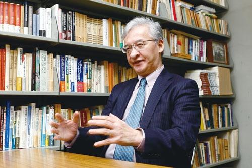"""<span class=""""fontBold fontSizeM"""">菊澤研宗 教授[Kikuzawa Kenshu]</span><br>1957年生まれ。慶応義塾大学商学部卒業、同大学大学院博士課程修了後、防衛大学校教授などを経て、2006年から現職。この間、ニューヨーク大学スターン経営大学院、カリフォルニア大学バークレー校客員研究員。現在、日本経営学会理事などを務める。(写真=竹井 俊晴)"""