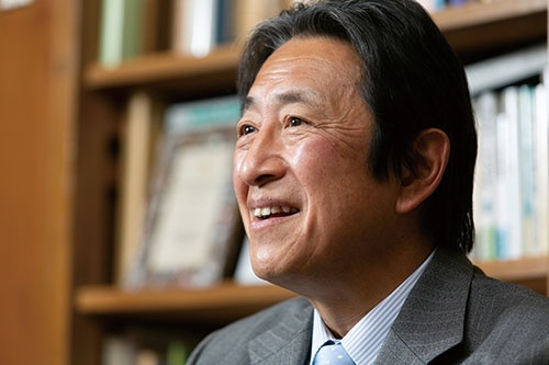 "<span class=""fontBold"">岡本大輔 教授[Okamoto Daisuke]</span><br />1958年生まれ。慶應義塾大学商学部卒、同大学商学研究科博士課程単位取得退学。96年から同大学教授。2019年から同大学商学部長を務める。中外製薬CSRアドバイザリー・コミッティーメンバー、企業と社会フォーラム学会理事・運営委員会委員などを歴任。博士(商学)。(写真=的野 弘路)"