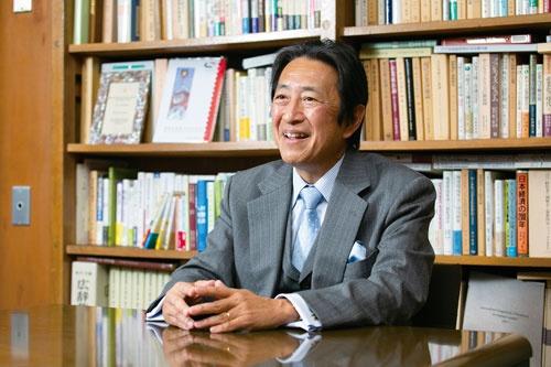 "<span class=""fontBold fontSizeM"">岡本大輔 教授[Okamoto Daisuke]</span><br> 1958年生まれ。慶應義塾大学商学部卒、同大学商学研究科博士課程単位取得退学。96年から同大学教授。2019年から同大学商学部長を務める。中外製薬CSRアドバイザリー・コミッティーメンバー、企業と社会フォーラム学会理事・運営委員会委員などを歴任。博士(商学)。(写真=的野 弘路)"