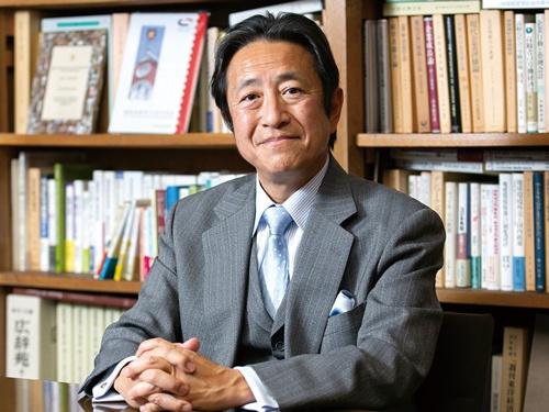 "<span class=""fontBold fontSizeM"">岡本大輔 教授[Okamoto Daisuke]</span><br> 1958年生まれ。慶應義塾大学商学部卒、同大学院商学研究科博士課程単位取得退学。96年から同大学教授。2019年から同大学商学部長を務める。中外製薬CSRアドバイザリー・コミッティーメンバー、企業と社会フォーラム学会理事・運営委員会委員などを歴任。博士(商学)。(写真=的野 弘路)"
