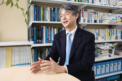 "<span class=""fontBold"">牛島辰男 教授[Ushijima Tatsuo]</span><br> 1989年、慶應義塾大学経済学部卒。91年、同学大学院経済学研究科修了。2003年、カリフォルニア大学ロサンゼルス校(UCLA)アンダーソン経営大学院、経営学博士(Ph.D.)。三菱総合研究所研究員、青山学院大学大学院国際マネジメント研究科(青山ビジネススクール)准教授・教授を経て現職。(写真=的野 弘路)"