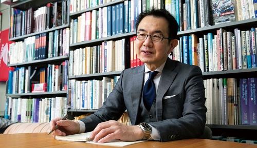 "<span class=""fontBold"">清水 聰 教授[Akira Shimizu]</span><br>1963年東京生まれ。86年慶應義塾大学商学部卒。同大学大学院修士課程、博士課程を経て、91年明治学院大学経済学部専任講師、助教授。2000年同大学経済学部教授。09年慶應義塾大学商学部教授。14~15年米ピッツバーグ大学Katz Graduate School of Business訪問研究員。博士(商学)。近著に『New Consumer Behavior Theories from Japan』(単著、Springer、2021)がある。(写真=的野 弘路)"