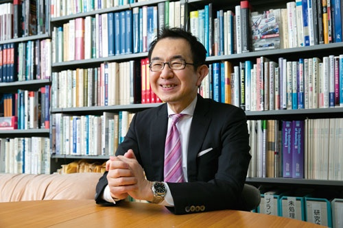 "<span class=""fontBold"">Akira Shimizu</span><br> 1963年東京生まれ。86年慶應義塾大学商学部卒。同大学大学院修士課程、博士課程を経て、91年明治学院大学経済学部専任講師、助教授。2000年同大学経済学部教授。09年慶應義塾大学商学部教授。14~15年米ピッツバーグ大学Katz Graduate School of Business訪問研究員。博士(商学)。近著に『New Consumer Behavior Theories from Japan』(単著、Springer、2021)がある。(写真=的野 弘路)"