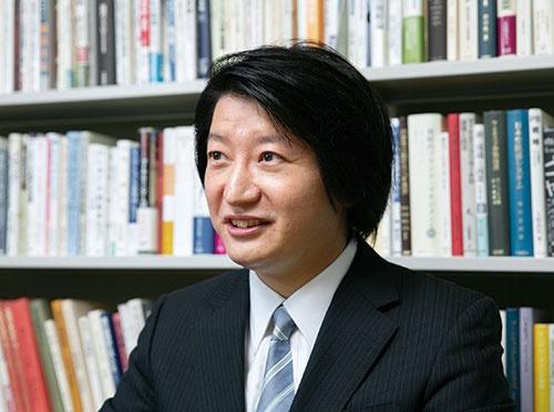 "<span class=""fontBold"">高田 英亮 教授[Hidesuke Takata]</span><br />1981年生まれ。2004年慶應義塾大学商学部卒業、06年同大学大学院商学研究科修士課程修了、09年同博士課程単位取得退学。慶應義塾大学商学部助教、専任講師、准教授を経て、20年から現職。博士(商学)。(写真=的野 弘路)"
