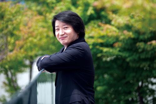 "<span class=""fontBold"">高田 英亮 教授[Hidesuke Takata]</span><br> 1981年生まれ。2004年慶應義塾大学商学部卒業、06年同大学大学院商学研究科修士課程修了、09年同博士課程単位取得退学。慶應義塾大学商学部助教、専任講師、准教授を経て、20年から現職。博士(商学)。(写真=的野 弘路)"