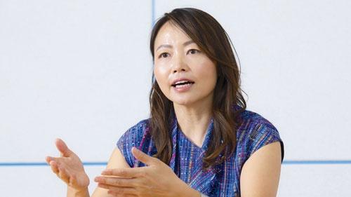 """<span class=""""fontBold"""">須永珠代[すなが・たまよ]氏<br>トラストバンク会長兼ファウンダー</span><br>群馬県伊勢崎市生まれ。2012年4月にトラストバンクを設立し、同年9月、ふるさと納税総合サイト「ふるさとチョイス」を開設。「自立した持続可能な地域をつくる」との目標を実現するために様々な新規事業を手掛ける。観光庁の検討会の委員なども務めた。20年1月にトラストバンクの会長兼ファウンダーに就任した。(写真=的野 弘路)"""