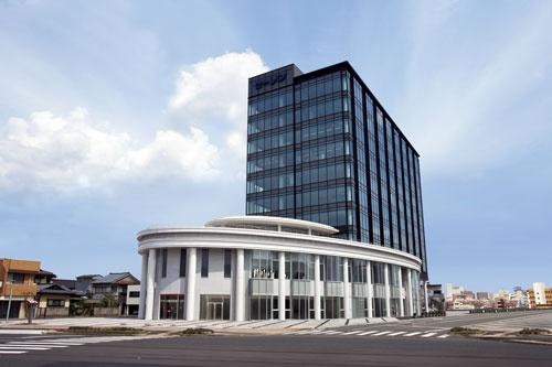 """<span class=""""fontBold"""">創業120周年記念事業の一環として2008年に竣工したセーレン本社ビル</span>"""