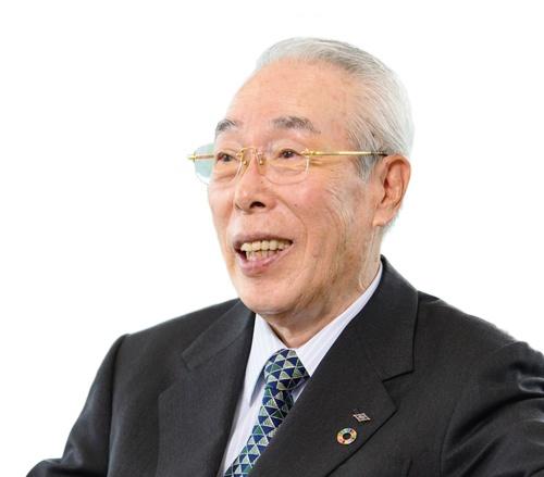 "<span class=""fontBold"">川田達男 [かわだ・たつお]</span><br> 1940年生まれ。62年明治大学経営学部卒業、福井精練加工(現セーレン)入社。70年代に自動車メーカーとの取引拡大に貢献。87年には経営が悪化したセーレンの社長に47歳で抜てきされる。社内改革を進め、2003年に社長兼COO(最高執行責任者)に就任。05年にはカネボウの繊維事業を買収してKBセーレンを設立する。14年から現職。(写真=山岸 政仁)"