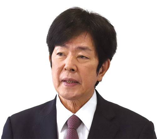 """<span class=""""fontBold"""">髙田 明 [たかた・あきら]氏</span><br>1948年長崎県平戸市生まれ。大学卒業後、機械メーカーを経て、父のカメラ店に入社。86年に分離・独立し、たかたを設立。99年にジャパネットたかたに社名変更。自ら通信販売で商品を紹介し、通販大手に成長させた。2015年に社長を退任し、経営を離れる。個人会社のA and Live(エー・アンド・ライブ)を設立した。(写真=菅 敏一)"""