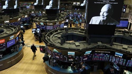 "<span class=""fontBold"">ニューヨーク証券取引所のモニターにボーグル氏の顔が映し出された</span>(写真=ロイター/アフロ)"
