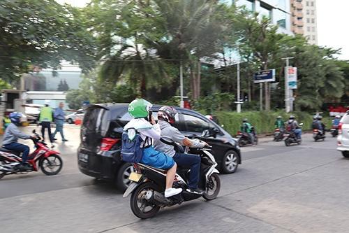 """<span class=""""fontBold"""">ライドシェア・配車サービスは東南アジアで市民の足として定着している(写真はインドネシアのグラブのバイクドライバーと利用者)</span>"""