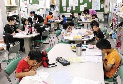"""<span class=""""fontBold"""">学習塾の学童は学習のサポートが中心(写真はめいけいキッズ)</span>"""