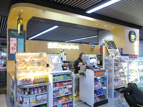 "<span class=""fontBold"">ファミリーマートは中国で2500店舗以上を展開している</span>"
