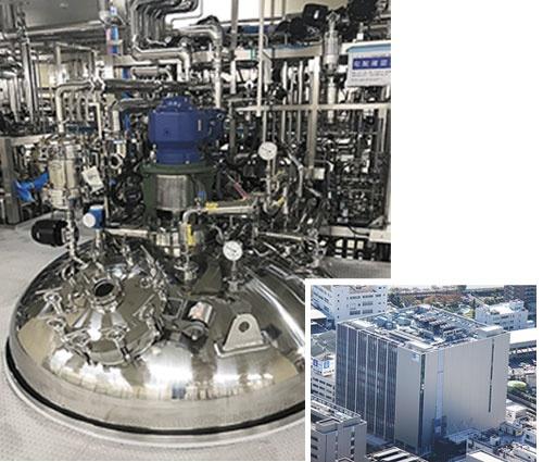 "<span class=""fontBold"">東京・北区の浮間工場内に372億円を投じて整備(右)。6000リットルの培養タンク6基を備える</span>"