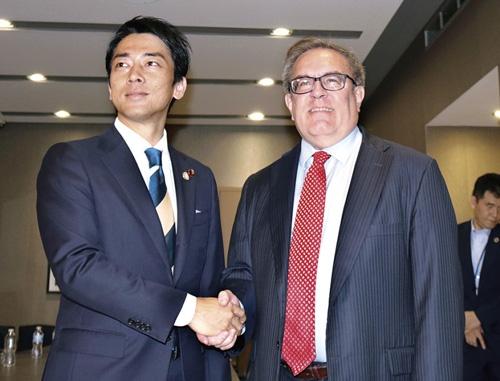 "<span class=""fontBold"">米環境保護局長官と握手する小泉環境大臣(左)</span>(写真=共同通信)"