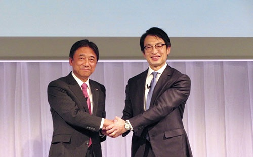 "<span class=""fontBold"">新たな協業を発表するNTTドコモの吉沢和弘社長(左)とアマゾンジャパンのジャスパー・チャン社長</span>"