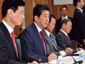 26兆円規模の経済対策決定 政府・与党、大盤振る舞いの内情