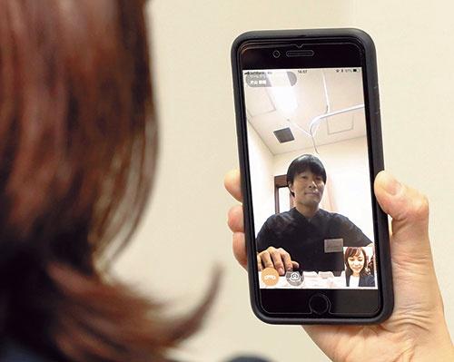 """<span class=""""fontBold"""">日本でもオンライン診療が受けられるようになりつつあるが、規制緩和のペースは鈍い</span>(写真=共同通信)"""