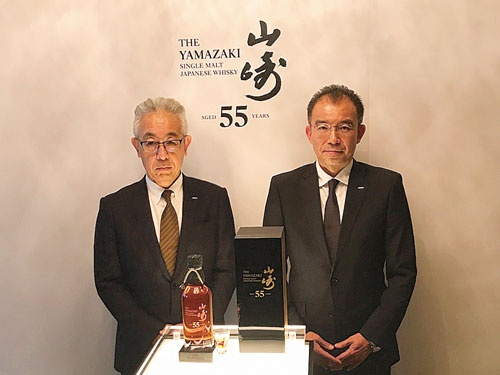 山崎55年の発売を発表するサントリースピリッツの鳥井憲護ウイスキー事業部長(写真右)と福與伸二チーフブレンダー(同左)