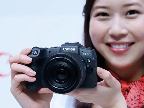 """<span class=""""fontBold"""">カメラメーカーはミラーレス機を拡充するが台数減は止まらない</span>(写真=つのだよしお/アフロ)"""