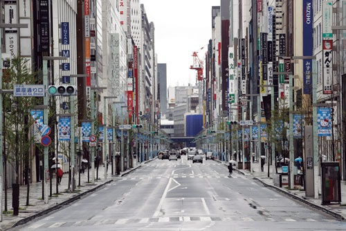 "<span class=""fontBold"">度重なる東京都の自粛要請で、緊急事態宣言を待たず閑散とする銀座</span>(写真=共同通信)"