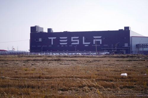 """<span class=""""fontBold"""">テスラが中国・上海に持つ製造拠点「ギガファクトリー」</span>(写真=ロイター/アフロ)"""