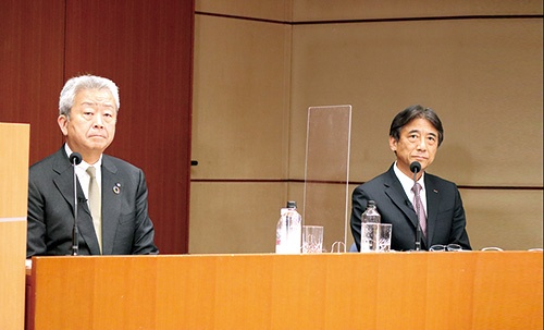 """<span class=""""fontBold"""">NTTの澤田純社長(左)は記者会見で、NTTドコモの契約数シェア低下や営業利益の下落などから、100%出資とする必要があることを強調した</span>"""