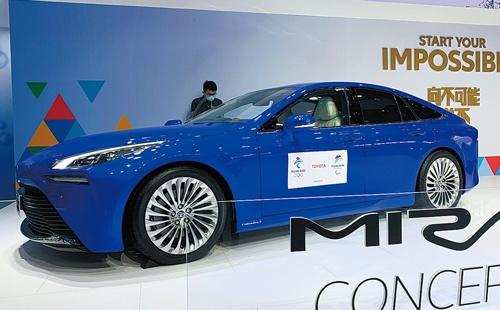 """<span class=""""fontBold"""">トヨタが展示した燃料電池車「ミライ」のコンセプトモデル</span>"""