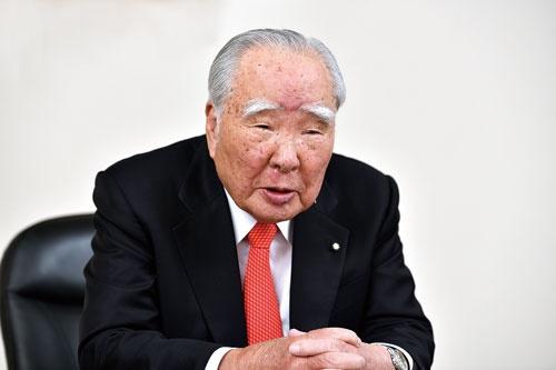 "<span class=""fontBold"">スズキの鈴木修会長は軽自動車が日本の生活の足になっているとして、電動化の要請に何としても応えると語った</span>(写真=森田 直希)"