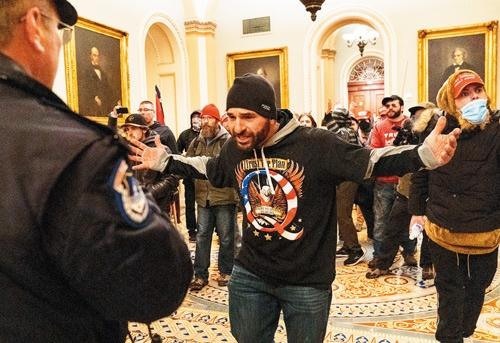 """<span class=""""fontBold"""">トランプ支持者が上院の議場前で警察に牙をむく</span>(写真=上:AP/アフロ)"""
