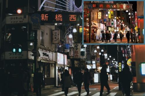 """<span class=""""fontBold"""">緊急事態宣言が実施された1月8日夜、飲食店の明かりが消えた東京・新橋の繁華街。右上は前日の同時間帯</span>(写真=2点:竹井 俊晴)"""