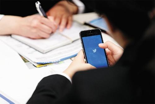 """<span class=""""fontBold"""">就活生がSNSに流れ込んでいる。現状はツイッターやラインが多くの利用者を獲得している</span>(写真=Rodrigo Reyes Marin/アフロ)"""