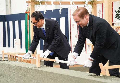 "<span class=""fontBold"">豊田章男社長(左)も出席したウーブン・シティの地鎮祭</span>"