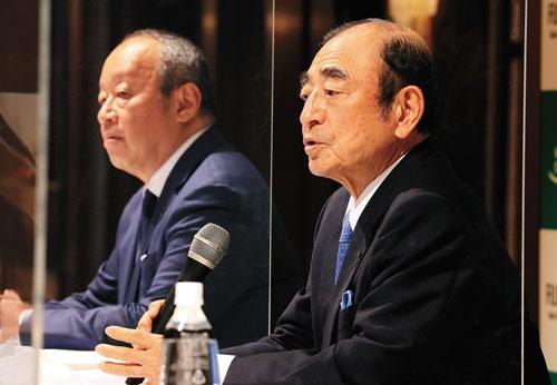 """<span class=""""fontBold"""">古森重隆会長・CEO(右)が6月の株主総会を経て退任し、最高顧問に就く。後藤禎一取締役(左)が社長・CEOに就任する</span>(写真=つのだよしお/アフロ)"""