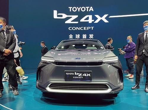 "<span class=""fontBold"">トヨタ自動車は上海国際自動車ショーで新EV「bZ4X」を披露。</span>"