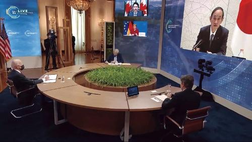"<span class=""fontBold"">気候変動に関するオンライン首脳会合で、画面(右)に映る菅首相。左端はバイデン米大統領</span>(写真=共同通信)"
