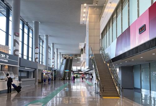 "<span class=""fontBold"">多くの店舗が閉鎖されたままで閑散とする成田国際空港</span>"