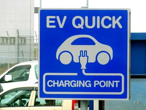 "<span class=""fontBold"">EVでの長距離移動に欠かせない公共の急速充電器は全国に約8000基ある</span>(写真=アフロ)"