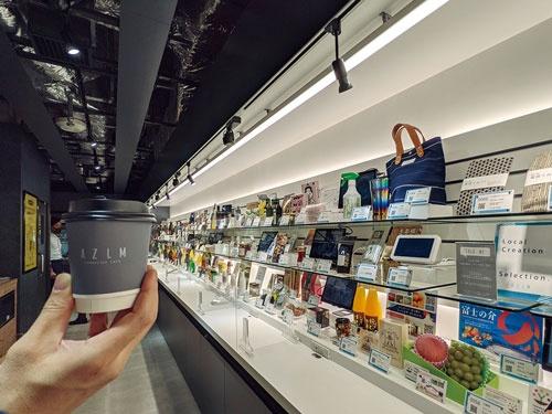 """<span class=""""fontBold"""">コーヒーを格安で提供することで日常的な来店を促す。約300点の陳列スペースの内、すでに220点が埋まっている</span>"""