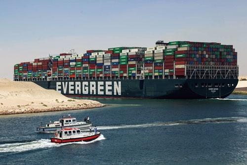 """<span class=""""fontBold"""">正栄汽船が持つ大型コンテナ船はスエズ運河での座礁から3カ月余りを経た7月7日、ようやく出航。影響を受けた船は400隻以上に上った</span>(写真=picture alliance/アフロ)"""
