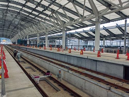 """<span class=""""fontBold"""">長崎駅のホームにはすでにレールが敷かれている</span>"""