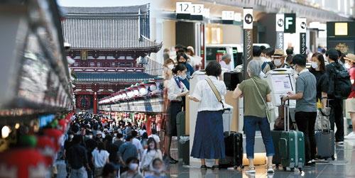"<span class=""fontBold"">東京五輪を開催しているのだから我慢しなくてもいいだろうという声があるだけではない。消費者の自衛が進んだことも人の流れが抑制されない一因になっている(左は東京・浅草、右は羽田空港)</span>(写真=2点:共同通信)"