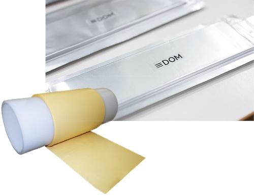 """<span class=""""fontBold"""">スリーダムが開発したリチウムイオン電池の試作品(上)と、独自の内部構造を持つセパレーター(左)</span>"""