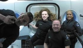 """<span class=""""fontBold"""">スペースXが打ち上げた宇宙船で「宇宙旅行」を楽しんだクルー。左が費用の大部分を負担した米起業家のジャレド・アイザックマン氏</span>(写真=Courtesy of Inspiration4/AFP/アフロ)"""
