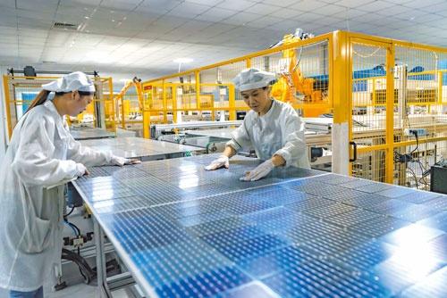 """<span class=""""fontBold"""">中国の太陽光パネルの生産シェアは7~8割を占める</span>(写真=CFOTO/共同通信イメージズ)"""